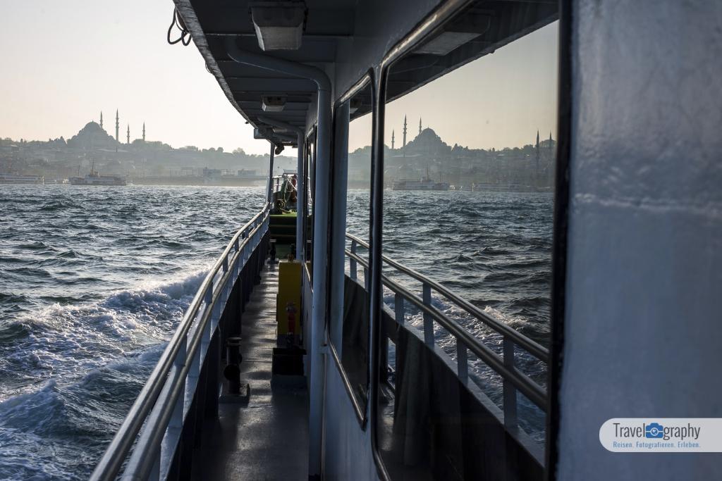 Reflektionen der Bosporusfähren