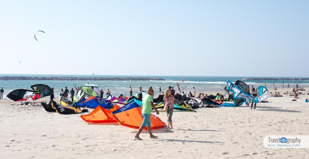 Kitesurfer am Strand von Tel Aviv