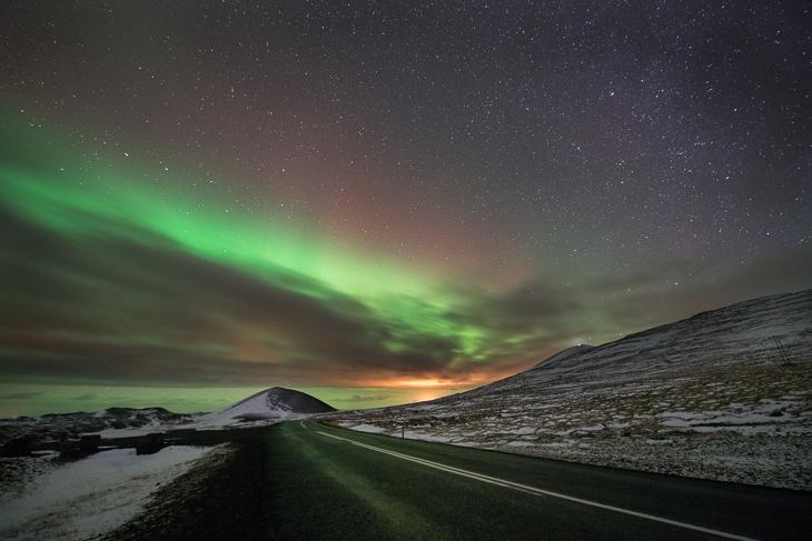 Sternenhimmel über Island mit Nordlicht