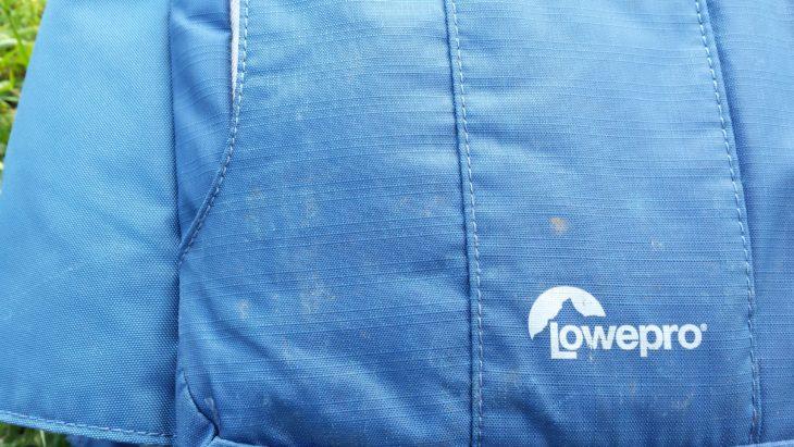 Verkratzte und dreckige Rückseite des Lowepro Flipside Sport