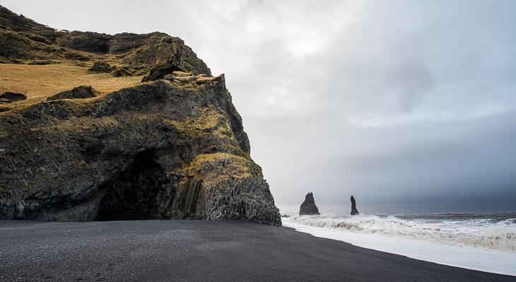 Der Blick auf die Felsen Reynisdrangar