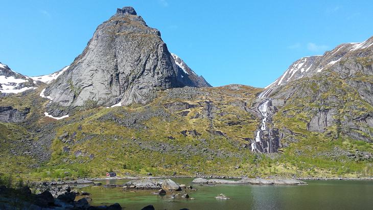 Blick auf die rote Hütte am Ende des Djupfjords