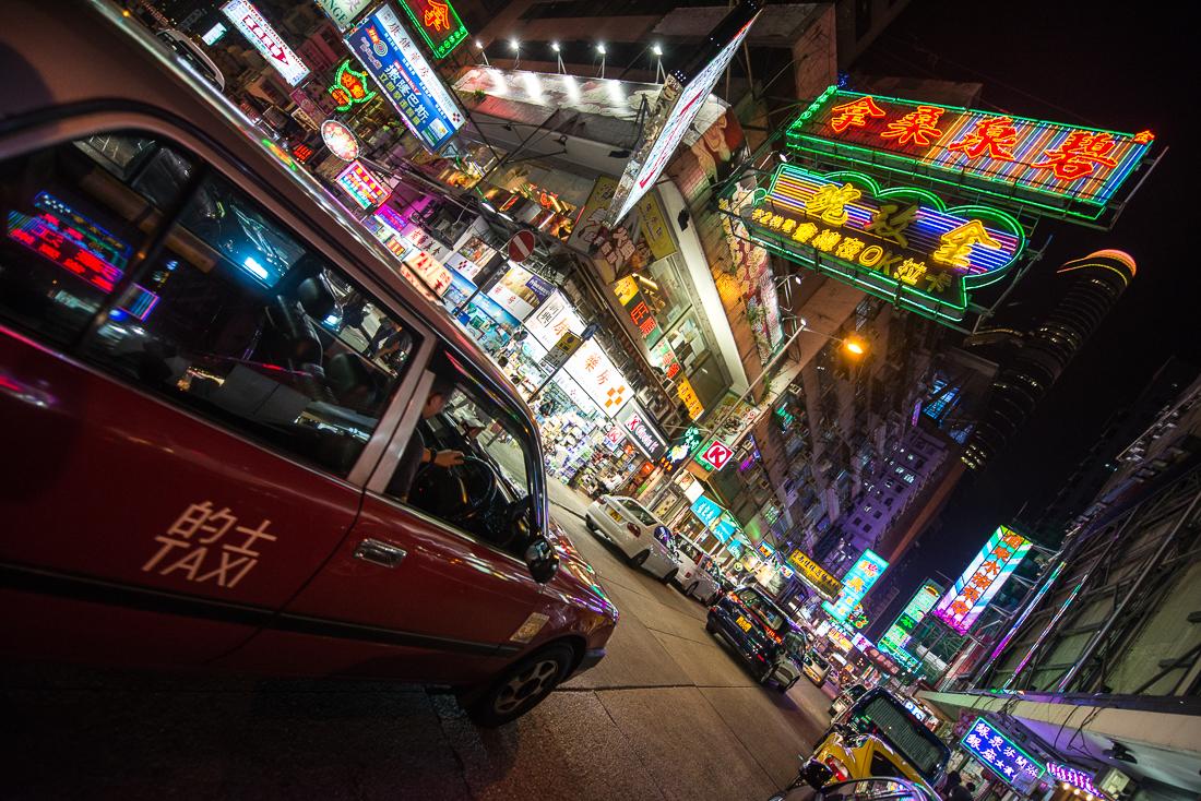 Bunte Reklametafeln in Kowloon