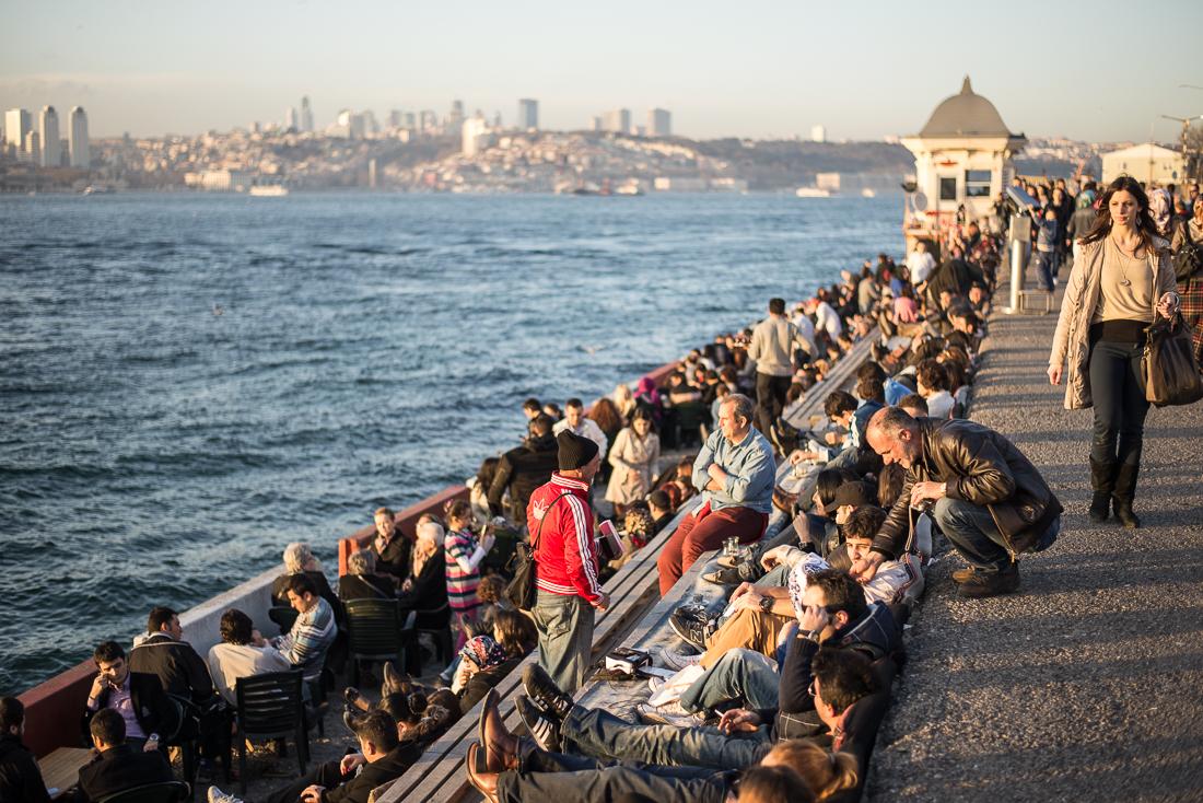 Lust auf einen Cay? Hier kann man in beim Sonnenuntergang genießen: am Bosporus Ufer in Üsküdar