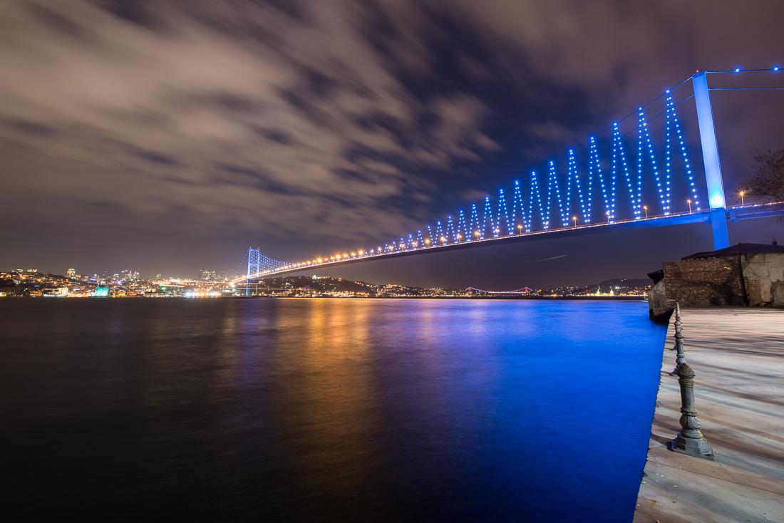 Die bunt beleuchtete Bosporus Brücke