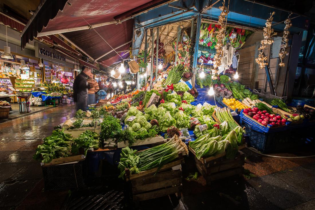 Wunderschön anzusehen bei Nacht - die Marktgasse in Kadiköy