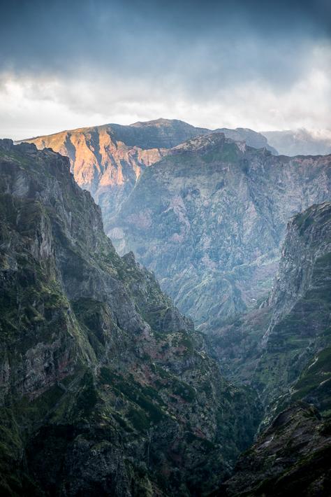 Pico do Arieiro: Die Berghänge beginnen zu leuchten