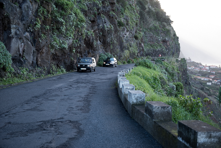 Enge Straße und viel Fels