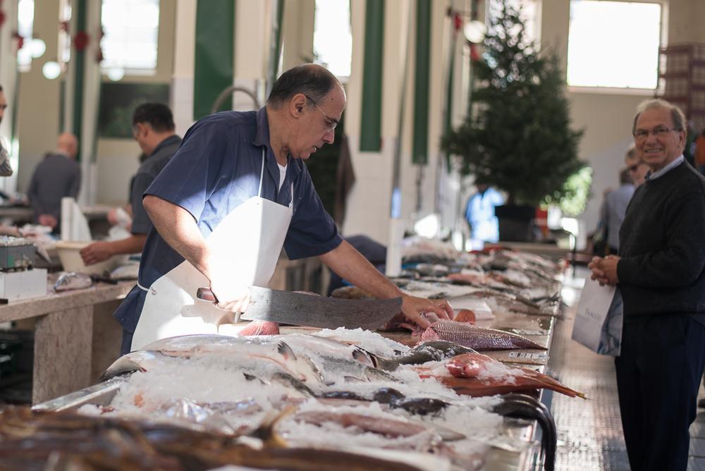 Fischzubereitung auf dem Mercado dos Lavradores