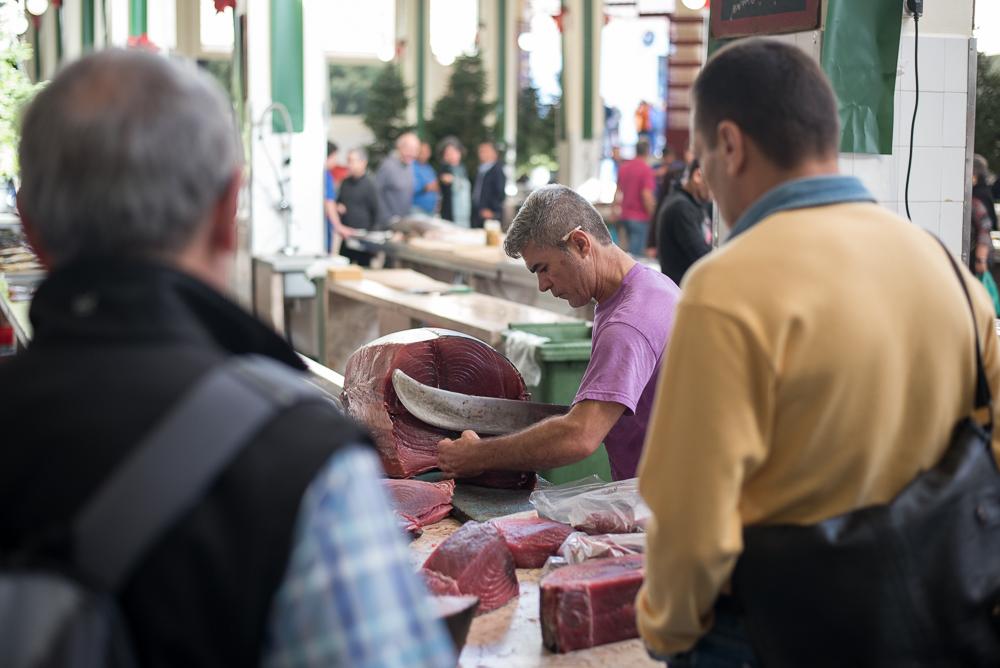 Der Fischmarkt - hier wird frisch vom Tuna abgeschnitten