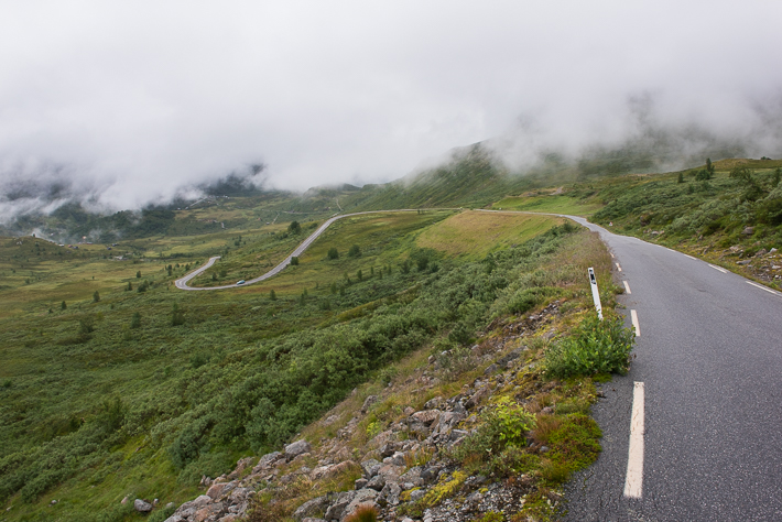 Serpentinen führen hinab nach Turtagrø
