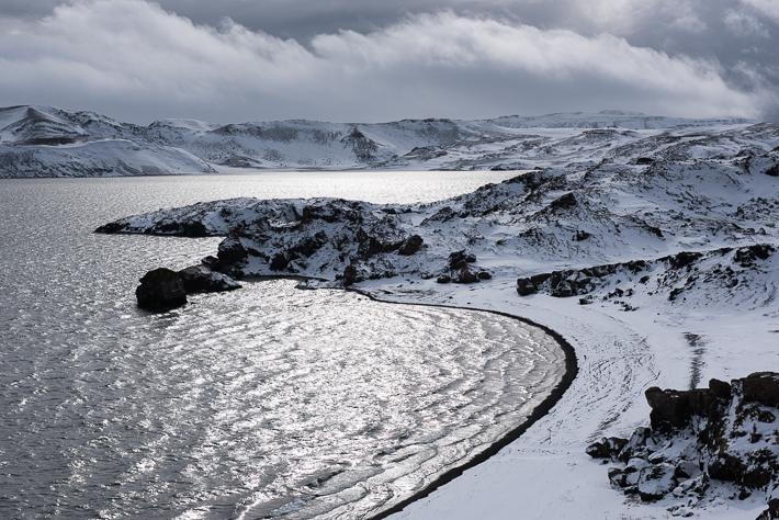 Schnee bedeckt die Ufer des Kleifarvatn