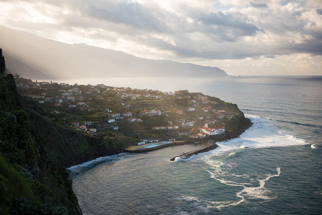 Der abendliche Blick auf Ponta Delgada (GPS 32.827386, -16.977003)